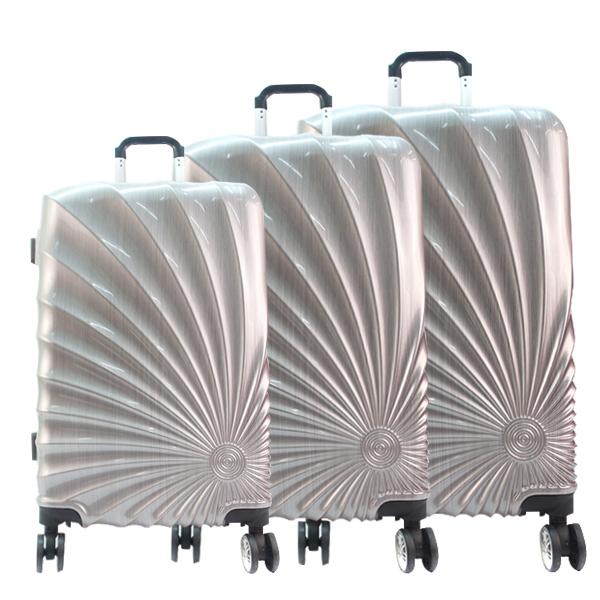 Пластиковые чемоданы.